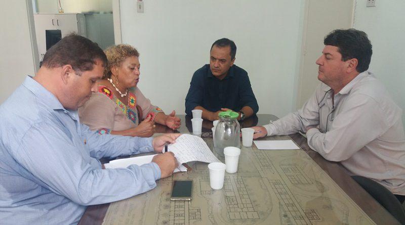 Na mesa com diretor e vereadores